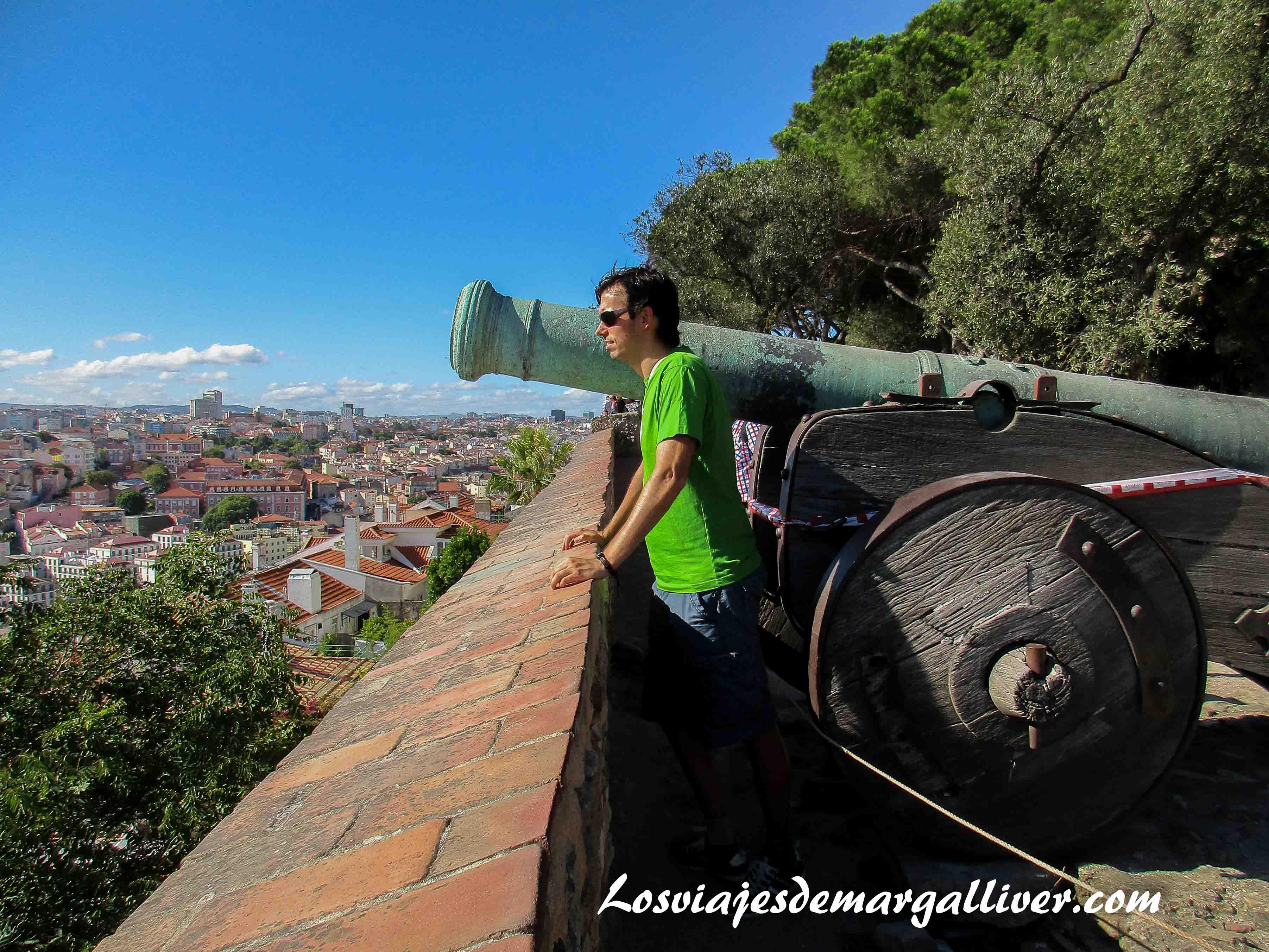Kike admirando la belleza de Lisboa desde el castillo de San Jorge - Los viajes de Margalliver